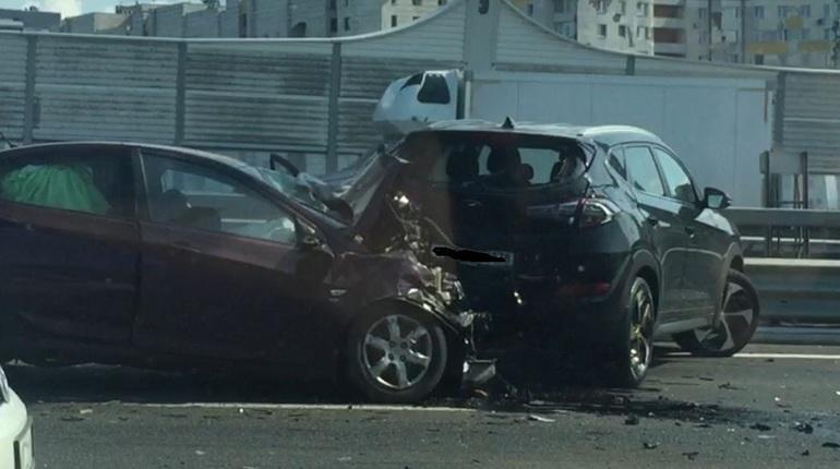 На ЗСД около съезда на набережную Макарова произошло массовое дорожно-транспортное происшествие. В аварии сильно пострадали три человека.