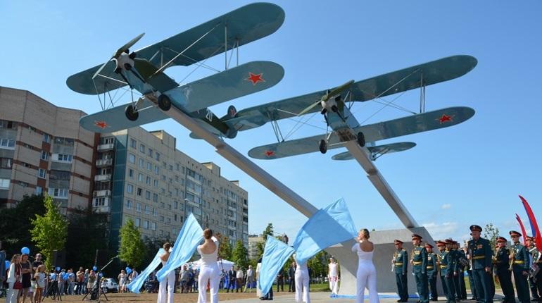 В Приморском районе Санкт-Петербурга в пятницу, 17 августа открыли памятник первым летчикам России.