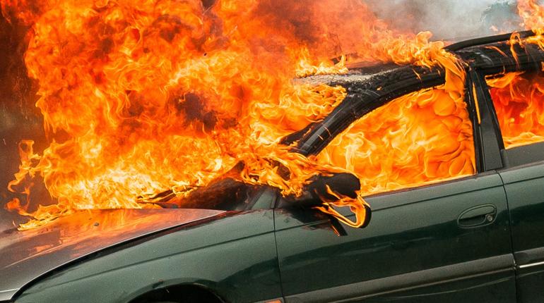 В Кингисеппском районе Ленинградской области погиб водитель. Из-за ДТП он сгорел заживо прямо в своем автомобиле.