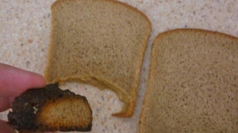 Петербуржцы выложили в социальных сетях фотографии странного хлеба. Покупатели шутят, что вторичная переработка отходов в Северной столице вышла на новый уровень.