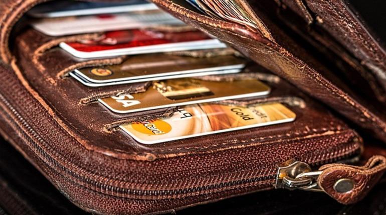 В Петербурге правоохранители задержали подозреваемого в краже кошелька, в котором находились 4,4 тысячи долларов США. Злоумышленник вытащил у женщины кошелек в кафе в центре города.
