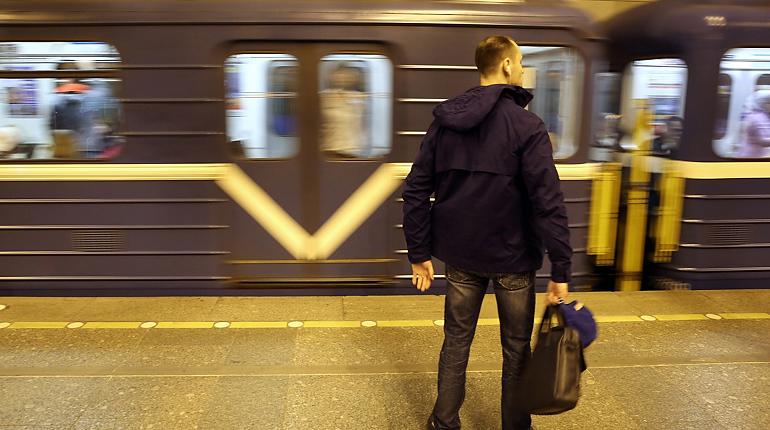 В Петербурге пассажиры петербургского метрополитена не могут выйти на стации «Достоевская». Им приходится ехать до следующей станции из-за бесхозного предмета.