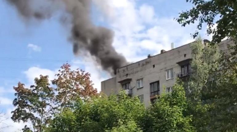 Во Фрунзенском районе Петербурга загорелся многоквартирный дом. Очевидцы сообщают, что у здания полыхает крыша.