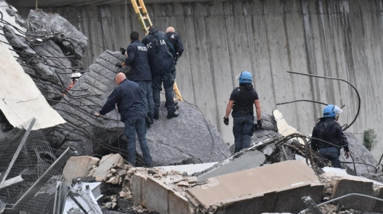 В Италии растет число погибших в результате обрушения автомобильного моста в Генуе. По последним данным, жертвами трагедии стали 43 человека.