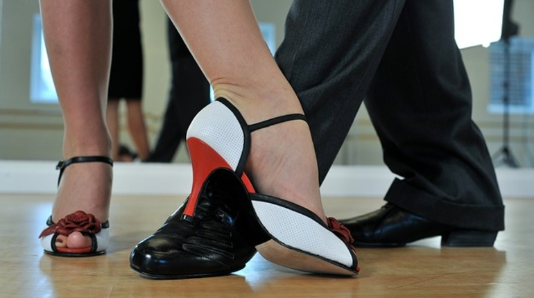 Любители танго целый день танцевали на Дворцовой площади. Флешмоб собрал десятки пар.