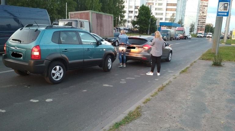 Во Фрунзеском районе Санкт-Петербурга столкнулись две автомобилистки. О том, что автоледи не поделили дорогу рассказали очевидцы в социальной сети