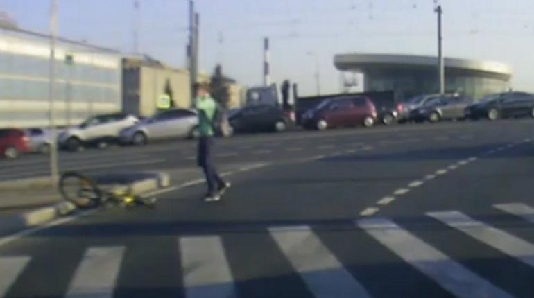 Легким испугом отделалась велосипедистка, переходившая дорогу в центре Петербурга. Ее едва не сбил автомобиль прямо на пешеходном переходе.