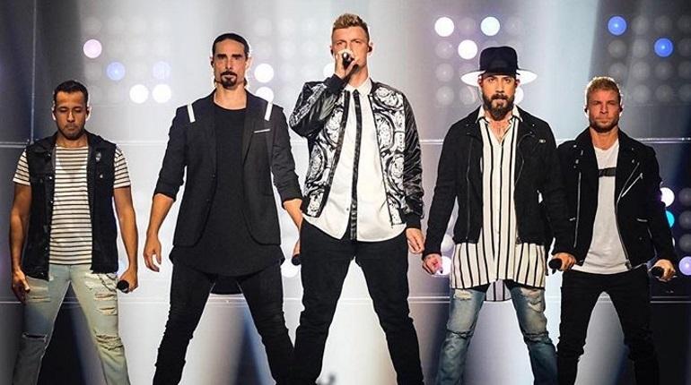 В американском городе Такервилле сильный ветер снес конструкцию на концертной площадке, где должен был пройти концерт группы Backstreet Boys. В результате инцидента есть пострадавшие.