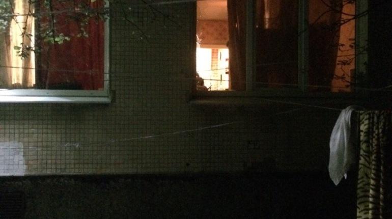 Хозяева квартиры в одном из домов по проспекту Художников разбили стекла, чтобы сбежать от опасных гостей. Те поступили также же, чтобы уйти от полиции.