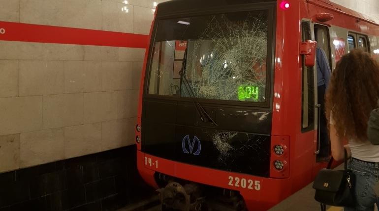 В Петербурге упавший под поезд в метро солдат шокировал пассажиров. Молодой человек выжил.