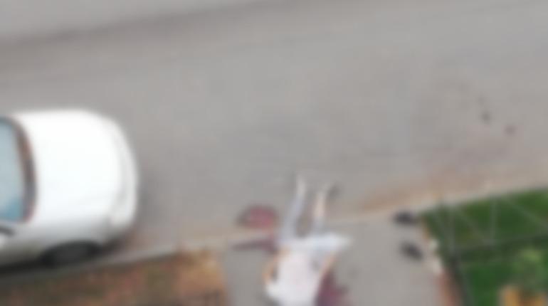 Тело неизвестного обнаружили в воскресенье, 19 августа, у одного из домов на Придорожной алле.