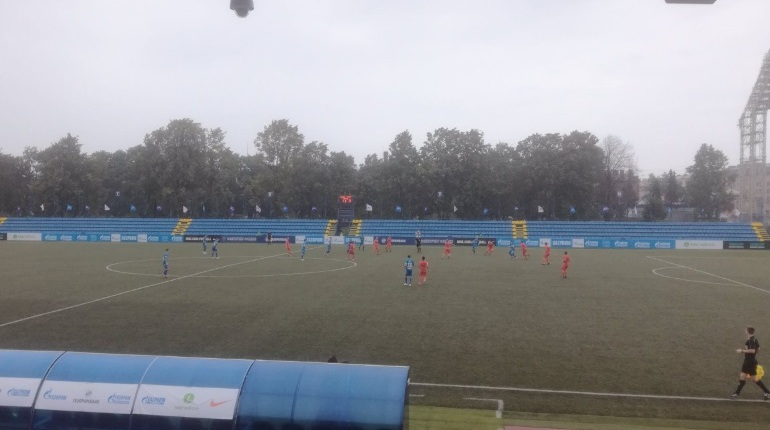 Погода решила не щадить молодежные состава «Зенита» и «Урала» - футболистам приходиться играть под ливнем.
