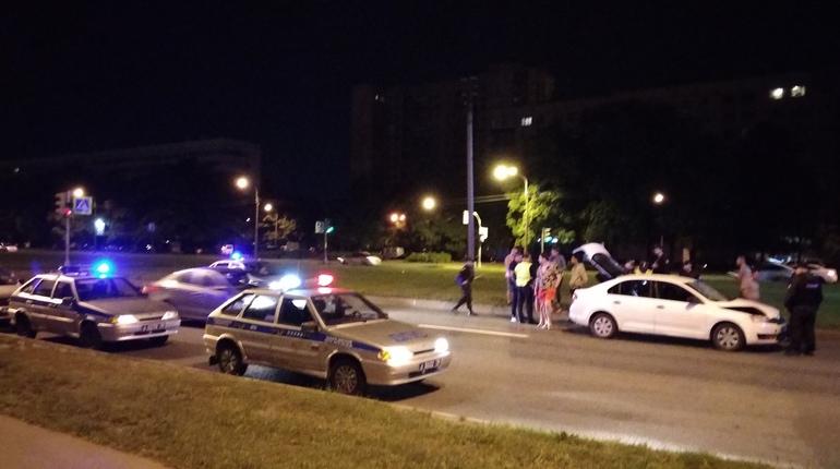 Петербуржцы сообщили подробности аварии на проспекте Культуры, за виновником которой пришлось побегать, чтобы не дать ему скрыться с места ДТП. Свидетели утверждают, что злоумышленник пытался увезти с собой тело сбитого пешехода.