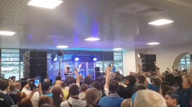 Петербургская рэп-группа «Кирпичи» выступает на стадионе «Санкт-Петербург» перед матчем Российской Премьер-Лиги между «Зенитом» и «Уралом». Для болельщиков исполняют хиты.