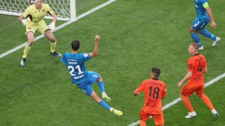 Футбольный «Зенит» завершил первый тайм матча против «Урала». Команды ушли на перерыв, оставив счет 2:1 на табло.