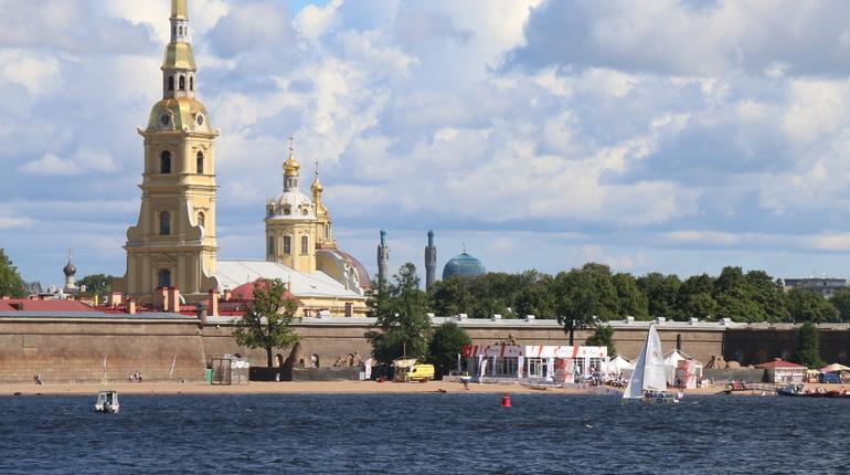 21 августа в Петропавловской крепости в формате литературно-музыкального концерта пройдет День Государственного флага РФ. На празднике в Петербурге прозвучат стихи в сопровождении симфонического оркестра.
