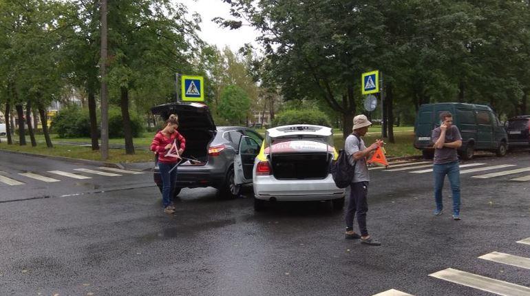 Вчерашняя авария на проспекте Юрия Гагарина в Петербурге вызвала массу обсуждений среди пользователей «ВКонтакте». Женщины за рулем и таксисты давно стали любимыми объектами для обсуждений в соцсетях.