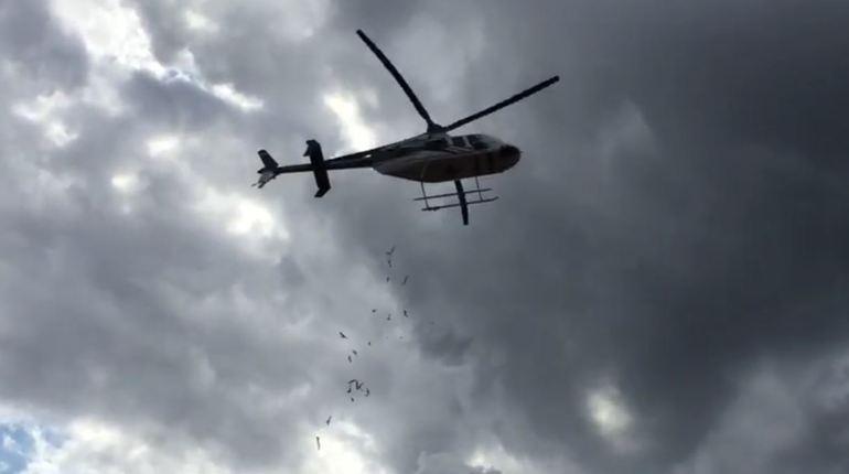 «Волшебник» из вертолета засыпал детей шоколадками