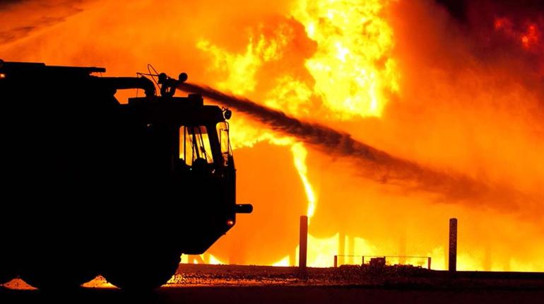 В Волосовском районе Ленинградской области пожарные тушили огромный ангар с сеном.