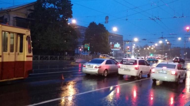 ДТП с такси на улице Курчатова остановило движение трамваев