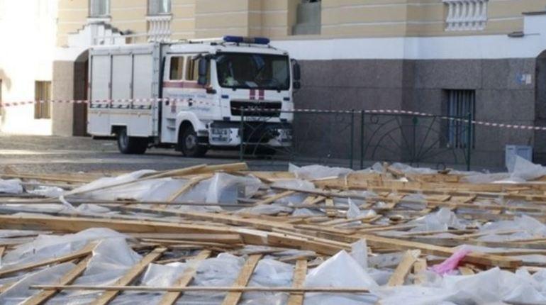 Шестнадцатилетняя девочка, на которую рухнули строительные леса с арки Главного штаба в Петербурге, находится в тяжелом состоянии в Детской городской больнице №19. Об этом сообщила вице-губернатор Санкт-Петербурга Анна Митянина.