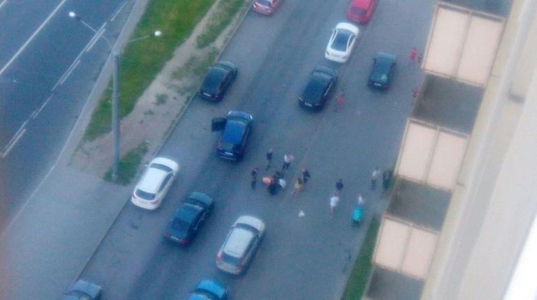 Иномарка сбила ребенка на Ленинском проспекте. По словам очевидцев, мальчик побежал за шариком и угодил под колеса Ford.