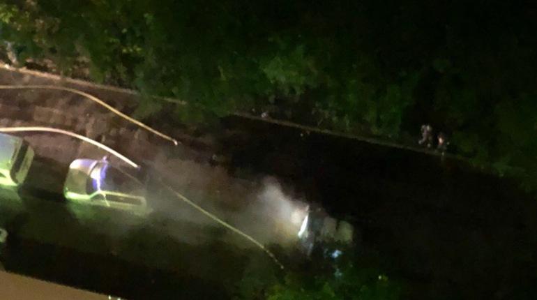 Преступники подожгли похищенный автомобиль Peugeout в Московском районе Петербурга, чтобы отвлечь внимание сотрудников ДПС.