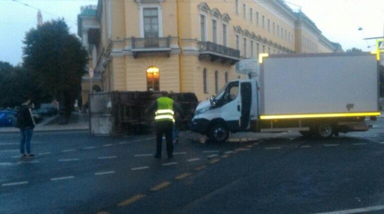 У Исаакиевского собора перевернулся грузовик