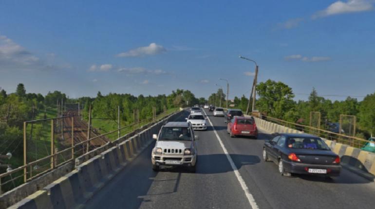 В Петербурге завершился первый этап реконструкции Гореловского путепровода. Поток транспорта перенаправили на недавно построенный автомобильный мост. Доступно по одной полосе в каждую сторону — в сторону проспекта Маршала Жукова и в Красное Село.