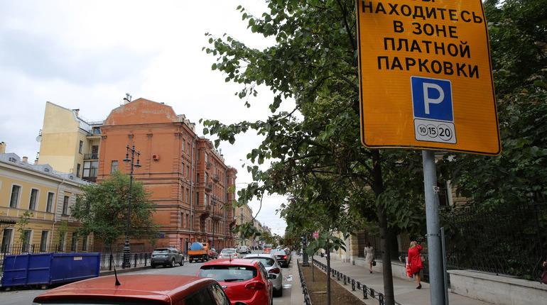 МВД России опубликовало проект приказа, предусматривающий механизм предоставления чиновникам данных о владельцах авто. После того, как его утвердят, Смольный сможет штрафовать автомобилистов, которые пользуются пробелом в законе и не оплачивают парковку.