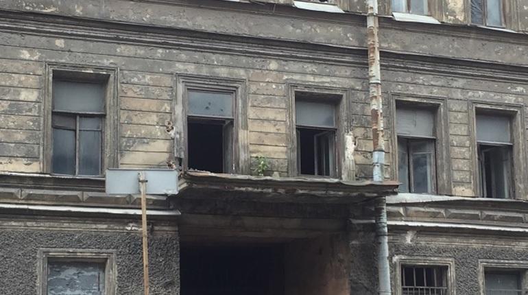 Дома на Тележной улице, которые по решению властей будут реконструированы под молодежный центр, остались без элементов декора. Со зданий исчезли балконные ограждения.