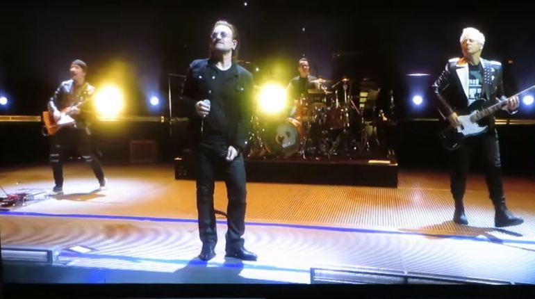 Музыкальной группе U2 пришлось отменить концерт в Берлине после того, как солист коллектива Боно не смог продолжить выступление из-за проблем с голосом.