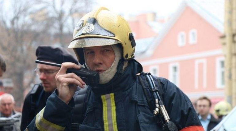 Пять спасателей остудили догорающий «Мерседес» на Приморском