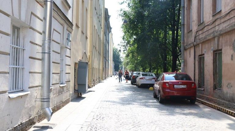 Улица Репина в Петербурге не уходит из топа новостей. В городе она уже известна не только как самая узкая -  ширина всего 5,6 метра, но и как одна из самых проблемных улиц Северной столицы.