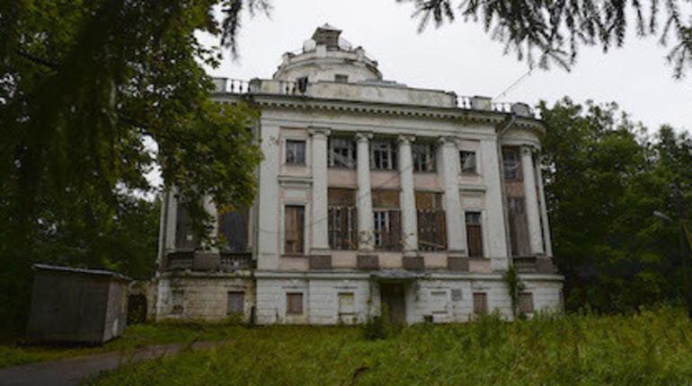 Губернатор Ленинградской области Александр Дрозденко подписал указ о выделении средств на покупку помещений в муниципальную собственность, куда переедут жильцы усадьбы, расположенной в посёлке Тайцы Гатчинского района.