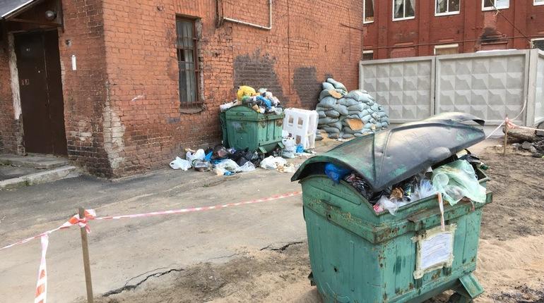 Дом на Ремесленной, 5, который ждет расселения, позабыт коммунальными службами. Люди в нем все еще живут, а мусор из пухто у здания уже не вывозится.