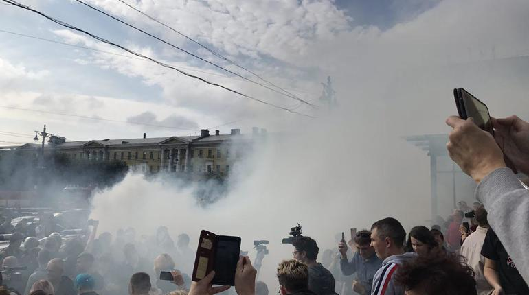 Участников митинга Навального в Петербурге распугивают дымом