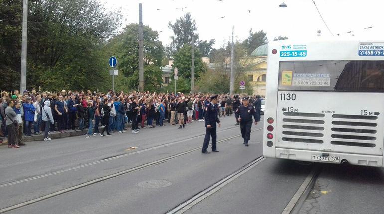Толпа митингующих у Финляндского вокзала рассасывается