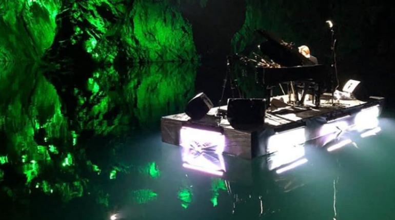 Петербургский музыкант Павел Андреев во второй раз сыграл на рояле, установленном на плоту посреди озера в Рускеале. Кульминацией вечерного шоу стал фейерверк.