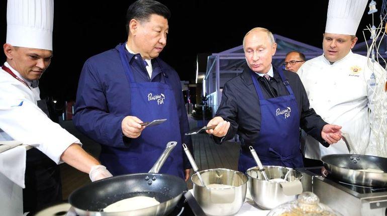 Путин и Си Цзиньпин испекли традиционные блины с икрой