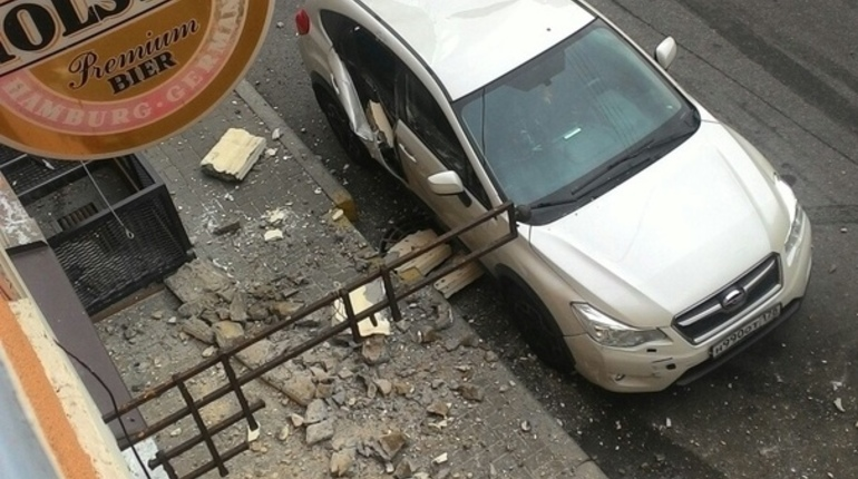 На Шамшева часть крыши рухнула на тротуар