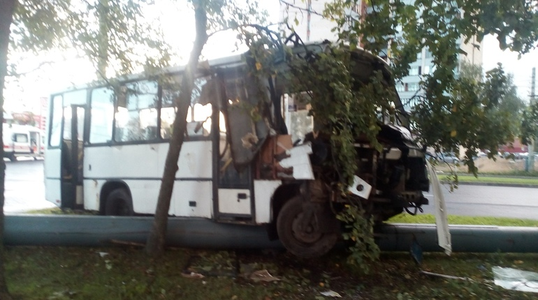 На перекрестке Придорожной аллеи и проспекта Художников произошла массовая авария. Дорогу не поделили две иномарки и маршрутка, которая выскочила на тротуар.