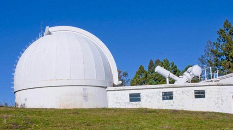 Национальная солнечная обсерватория штата Нью-Мексико в Соединенных Штатах экстренно эвакуирована и закрыта. Причины экстренных мер засекречены. Сторонники теории заговора уверены - это атака инопланетян. Власти гипотезу не опровергли.