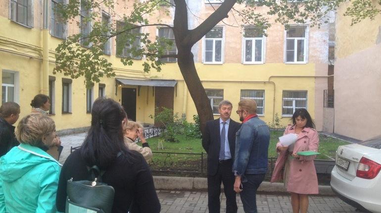 Жильцы домов 11 и 13 на Колокольной улице в Петербурге отстояли единственное оставшееся во дворе дерево.