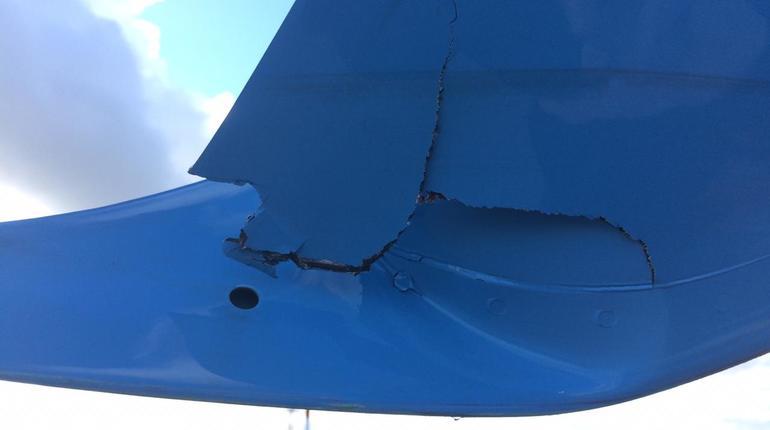Северо-Западно следственное управление на транспорте СК РФ опубликовало фото с места ДТП в Пулково. На снимках показали пробитое крыло самолета, который столкнулся с пожарной машиной.