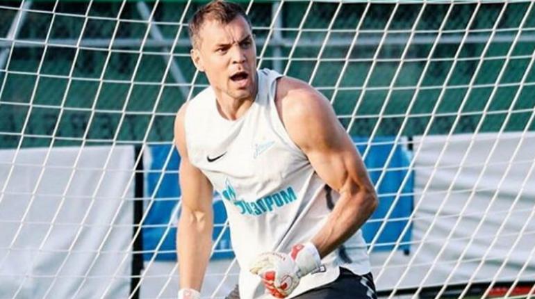 Нападающий Артем Дзюба, который покидал клуб, чтобы принять участие в матчах сборной России по футболу, вернулся в Петербург и начал подготовку к очередной встрече Российской Премьер-Лиги.