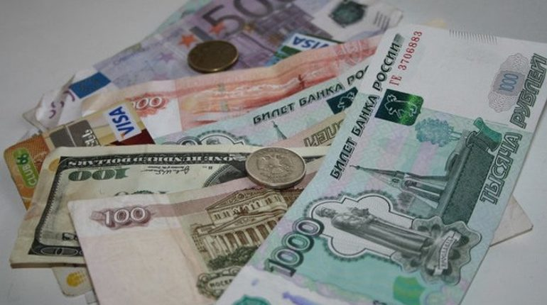 Доллар и евро дешевеют на Московской бирже 14 сентября. По состоянию на 15:57 американская валюта стоит 67,98 копеек, став дешевле на 26 копеек в сравнении с показателями закрытия торгов 13 сентября.