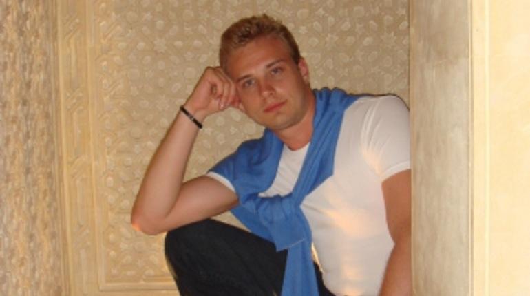 В Петербурге следователи ищут мужчину, который жестоко избил двух знакомых в своей квартире. Одна из пострадавших девушек скончалась.