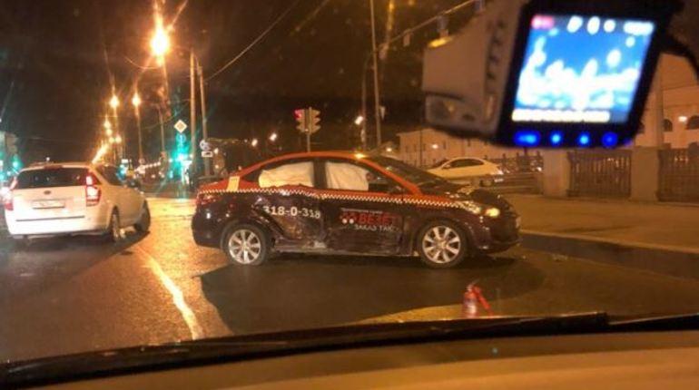 Машина такси попала в аварию на пересечении Митрофаньевского шоссе и набережной Обводного канала в Петербурге. Инцидент произошел в ночь с 16 на 17 сентября.