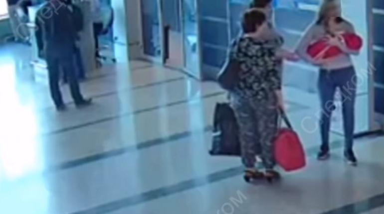 СК опубликовал видео с камер наблюдения в аэропорту, на котором запечатлено, как жительница Омска
